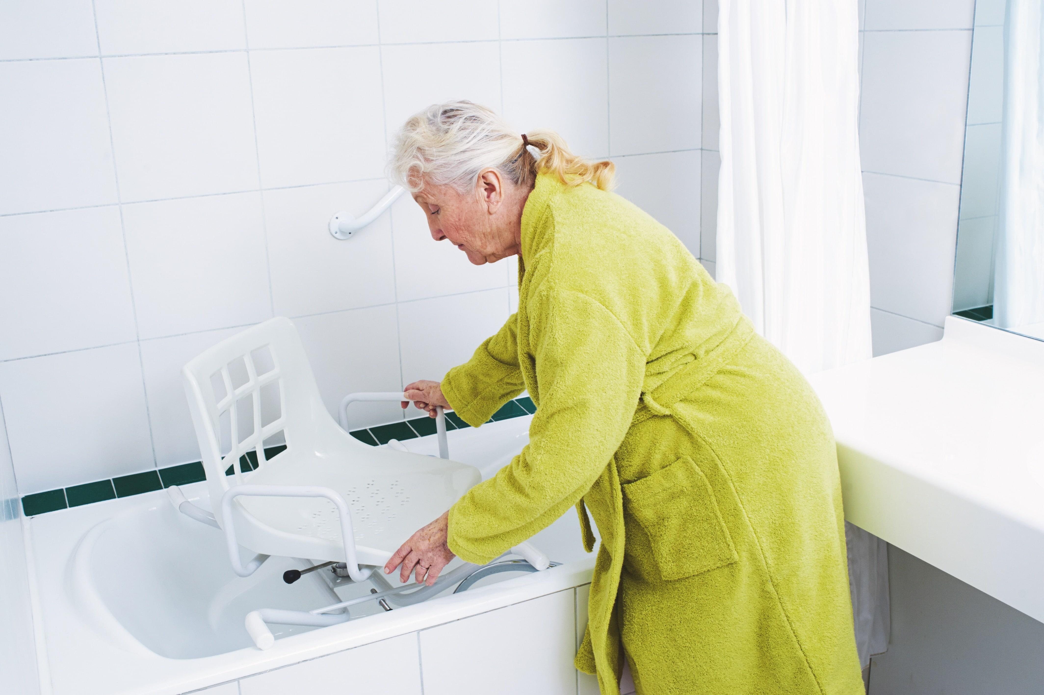 Siège de baignoire pivotant qui permet d'éviter l'enjambement de la baignoire et ainsi de limiter le risque de chute des personnes âgées